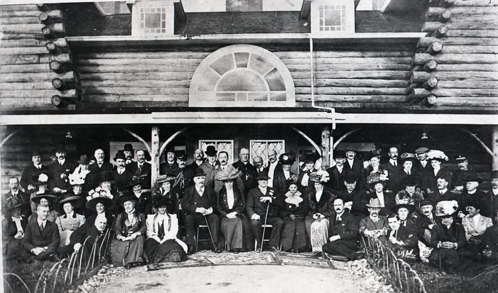 Dignitaries including Lord and Lady Northcliffe and Sir Mayson Beeton, in front of the Log House. The Occaision was the opening of the mill. Northcliffe it seems was more fond of the Log House. (GFWHS)